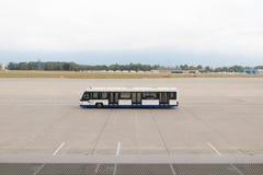 Ginebra/switzerland-01 09 18: Lanzadera del autobús de Ginebra para la pista de despeque del aeroplano fotografía de archivo libre de regalías