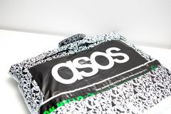Ginebra/Switzerland-10 08 18: Las compras en línea de Asos visten el logotipo del paquete fotografía de archivo libre de regalías