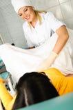 Ginecólogo que examina a un paciente Foto de archivo