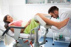 Ginecologo che esamina un paziente con un colposcope immagine stock libera da diritti