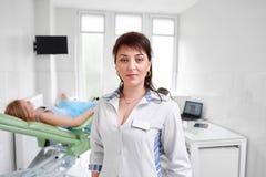 Ginecologo professionista che esamina il suo paziente fotografie stock