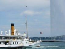 Ginevra, Svizzera 07/31/2009 Barca sul getto di acqua e del lago fotografie stock libere da diritti