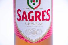 Ginevra/Svizzera - 10 06 2018: Bottiglia di birra spagnola Sagres isolata su bianco fotografia stock libera da diritti