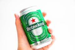 Ginevra/Svizzera 09 09 18: L'uomo della mano che tiene la birra di Heineken può chiudersi su isolato immagini stock