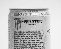 Ginevra/Svizzera -16 08 18: Possa dello zucchero della bevanda di energia del mostro ultra liberamente Immagine Stock