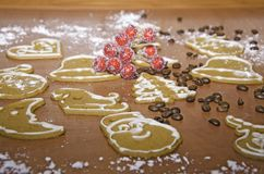 gingebreads的圣诞节装饰在一个木板的 免版税库存照片