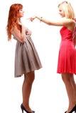Gingembre de deux joli femmes avec la blonde dans des robes sur le blanc Image libre de droits