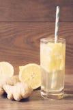 Ginger ale com o limão para acelerar o metabolismo Refreshing healthful beverage Fundo de madeira Vintage matizado imagem de stock royalty free