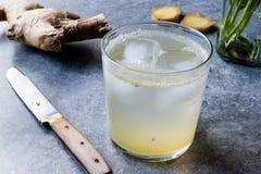 Ginger Ale Soda Tonic organique dans de verre préparent pour boire photo stock