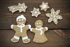Ginger Bread Couple feliz con las estrellas Foto de archivo libre de regalías