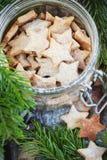 Ginger Christmas Cookies Stars in de kruik Stock Fotografie