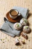 Ginger Cookies con los pistachos y las almendras Imágenes de archivo libres de regalías