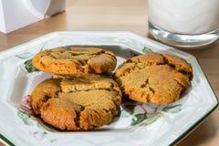 Ginger Cookies et lait Photographie stock libre de droits