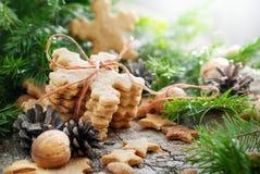 Ginger Cookies Snowflakes na composição do Natal imagem de stock