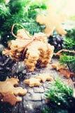 Ginger Cookies Snowflakes sur le fond en bois rustique Image libre de droits