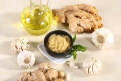 Ginger Garlic Paste con el mortero y la maja fotos de archivo libres de regalías