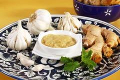 Ginger Garlic Paste con el mortero y la maja imágenes de archivo libres de regalías