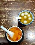 Ginger Glutinous Rice Balls och Papayaefterrätt royaltyfri fotografi
