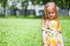 Ginger-haired ся девушка в поле стоковое фото rf
