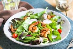 Ginger Prawn vitrificado com salada fresca foto de stock royalty free