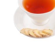 Ginger Root Slices och en kopp te VI Arkivbild