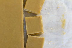Ginger Slice Cut op Bakseldocument Royalty-vrije Stock Foto's