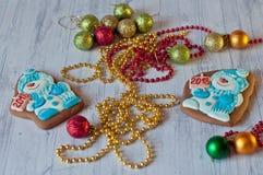 Gingerbead de Noël de vacances dans la forme du bonhomme de neige s'étendant près des décorations colorées sur le fond en bois cl Images stock
