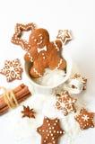 gingerbread домодельный Человек пряника и звезды Стоковые Изображения