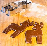 gingerbread теста резца печений рождества делая формы играет главные роли Стоковая Фотография RF