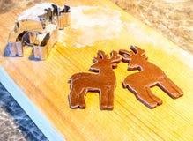 gingerbread теста резца печений рождества делая формы играет главные роли Стоковые Изображения RF