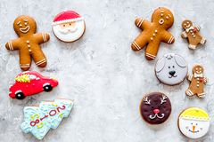 Gingerbread cookies of different shapes on stone background top view copyspace foto de archivo libre de regalías