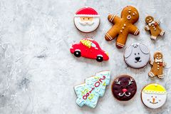 Gingerbread cookies of different shapes on stone background top view copyspace fotografía de archivo libre de regalías