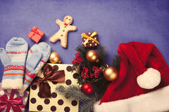 Gingerbread man and Christmas gifts Royalty Free Stock Photos