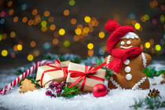 Gingerbread man with Christmas presents Royalty Free Stock Photos