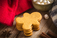 Gingerbread man cookies and marshmallows Stock Photos