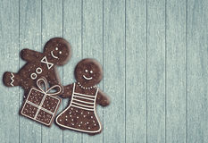 Gingerbread man and gingerbread woman holding present Stock Photography
