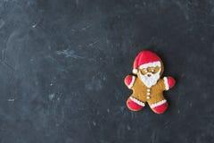 gingerbread santa Люди имбиря с покрашенной поливой на серой предпосылке Стоковое Фото
