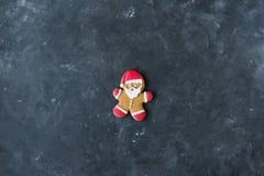 gingerbread santa Люди имбиря с покрашенной поливой на серой предпосылке Стоковое Изображение