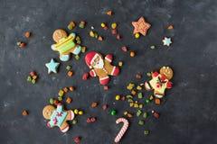 gingerbread santa Люди имбиря с покрашенной поливой на серой предпосылке Стоковое Изображение RF
