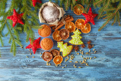 Gingerbread and star anise with cinnamon sticks and christmas de Royalty Free Stock Photography