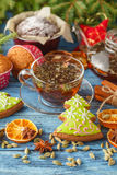 Gingerbread and star anise with cinnamon sticks and christmas de Royalty Free Stock Photos