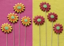 Gingerbresd floresce no amarelo e o rosa sentiu o fundo Imagens de Stock