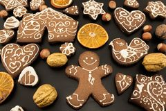 Gingerman kakor i asken Royaltyfri Bild