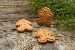 Gingerman-Plätzchen im Kasten Weihnachtsplätzchen auf hölzernem Hintergrund Weihnachtsdekorationen, Lebkuchen stockfotografie