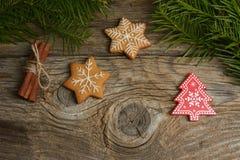 Gingerman-Plätzchen im Kasten Weihnachtsplätzchen auf hölzernem Hintergrund Weihnachtsdekorationen, Lebkuchen lizenzfreies stockfoto