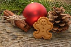 Gingerman-Plätzchen im Kasten Weihnachtsplätzchen auf hölzernem Hintergrund Weihnachtsdekorationen, Lebkuchen lizenzfreies stockbild