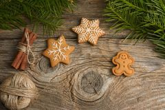 Gingerman-Plätzchen im Kasten Weihnachtsplätzchen auf hölzernem Hintergrund Weihnachtsdekorationen, Lebkuchen lizenzfreie stockfotos