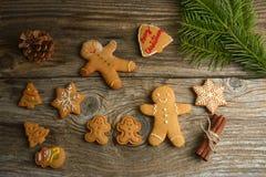 Gingerman-Plätzchen im Kasten Weihnachtsplätzchen auf hölzernem Hintergrund Weihnachtsdekorationen, Lebkuchen stockbilder