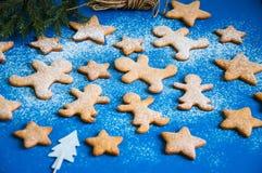 Gingermankoekjes in de doos Stock Fotografie