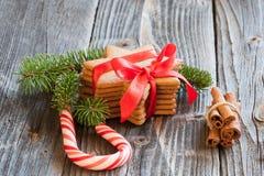 Gingermankoekjes in de doos Stock Foto
